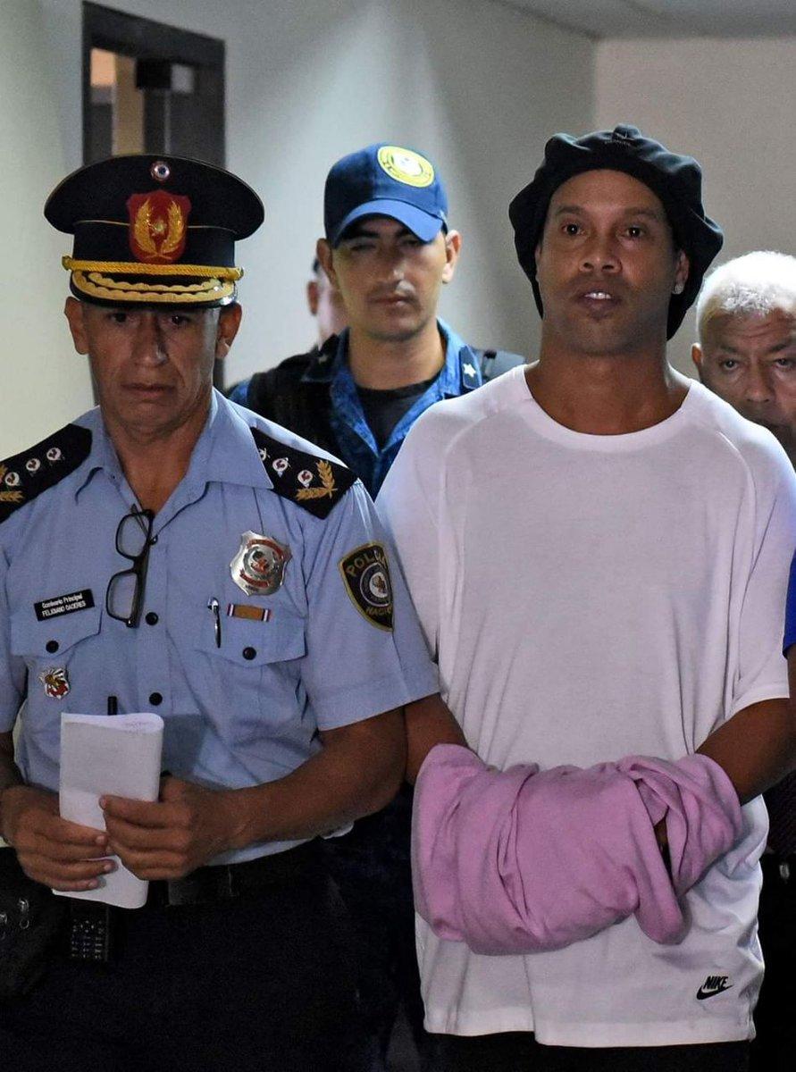 Photo of بالصور نجم المنتخب البرازيلي و برشلونة سابقاً رونالدينهو في السجن بسبب التزوير